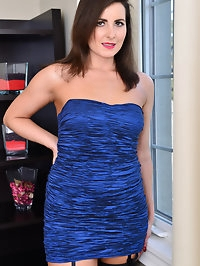 Helena Price is a 32 year old mom with small all naturals..