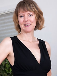 Slim sexy milf Jamie Foster is getting older, but this UK..