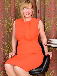 Thick mom April is a UK babe with a love for showing off..