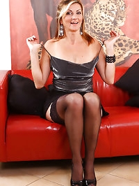 Diana P takes off her skirt and plays with her mature and..