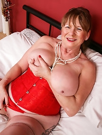Curvy British housewife shows off her dirty mind