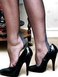 Lana pulls off her stockings and masturbates her wet..