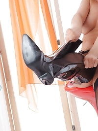 Frankie gets so turned on when she licks her leather boots